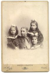 Е.К. Жиркевич с дочками (слева направо): Тамара, Маня и Катя. Вильна, 1908
