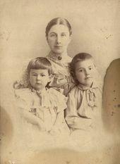 Е.К. Жиркевич с детьми Сергеем и Варей. Середина 1890-х