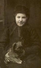 Тамара Жиркевич с щенком. 1913