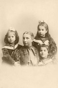 Е. К. Жиркевич с дочками