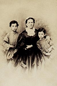 М. И. Астафьева с внуками