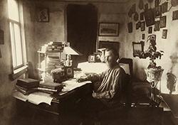К. М. Фофанов в своем рабочем кабинете. 1904 г.